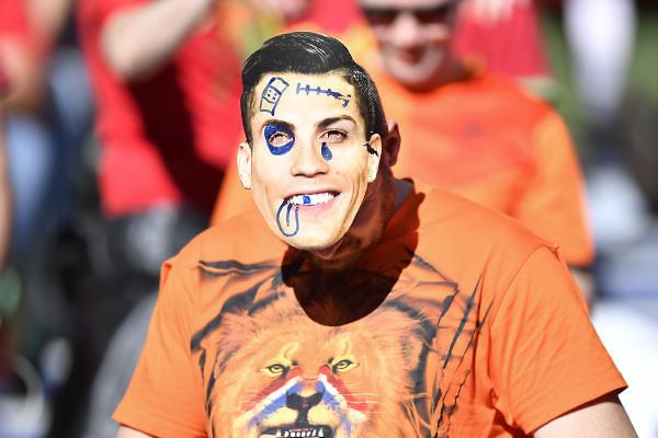 אוהד הולנדי עם מסכה של רונאלדו (צילום: AP)