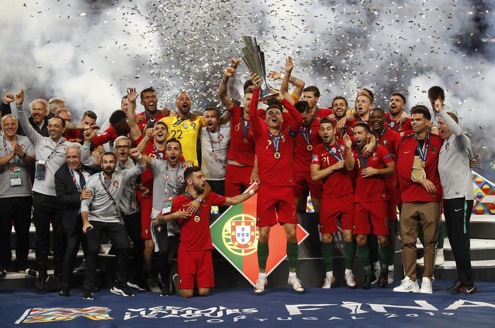 שחקני פורטוגל עם הגביע (צילום: רויטרס)