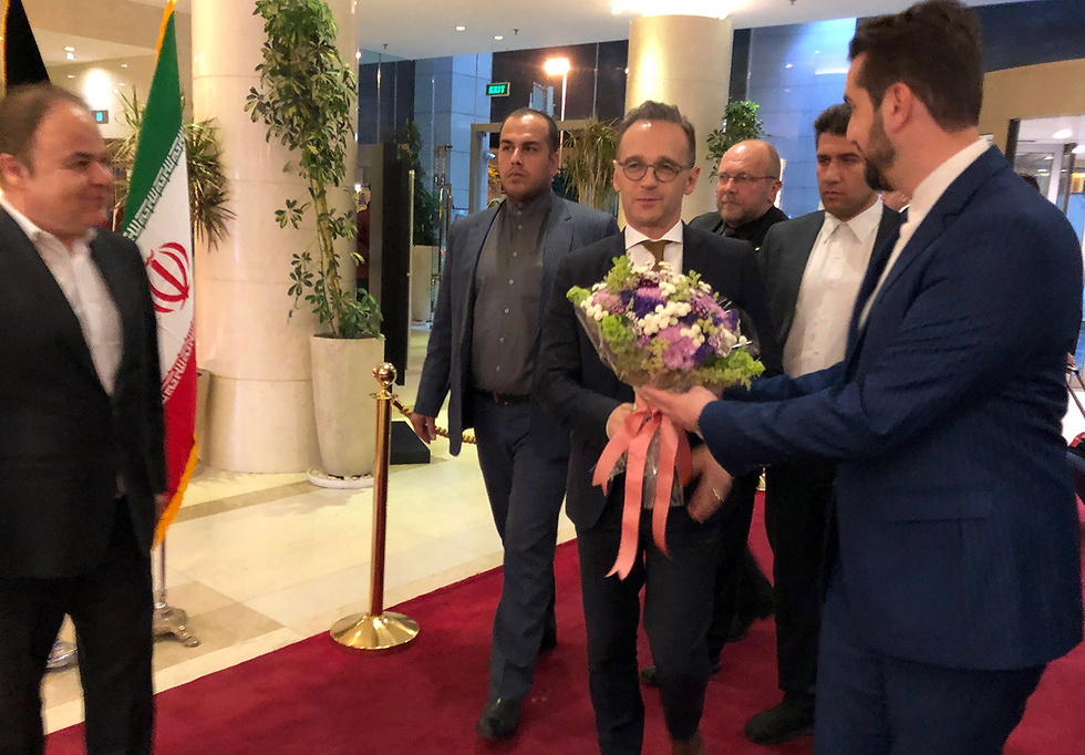 German Foreign Minister Heiko Maas is greeted with flowers in Tehran, June 10, 2019 (Photo: EPA)