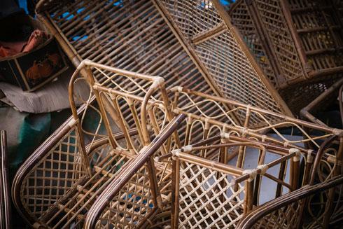 בפנים ערימות של רהיטי במבוק במראה המוכר (צילום: קרן רוזנברג)