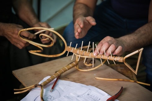 בתהליך העבודה על הדג (צילום: קרן רוזנברג)