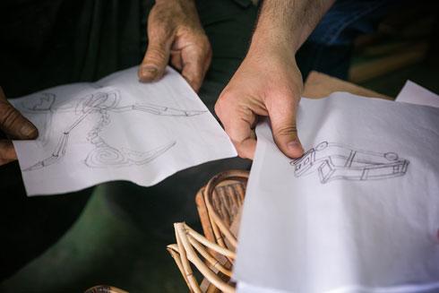 בוחנים סקיצות שמהלווס שרטט (צילום: קרן רוזנברג)