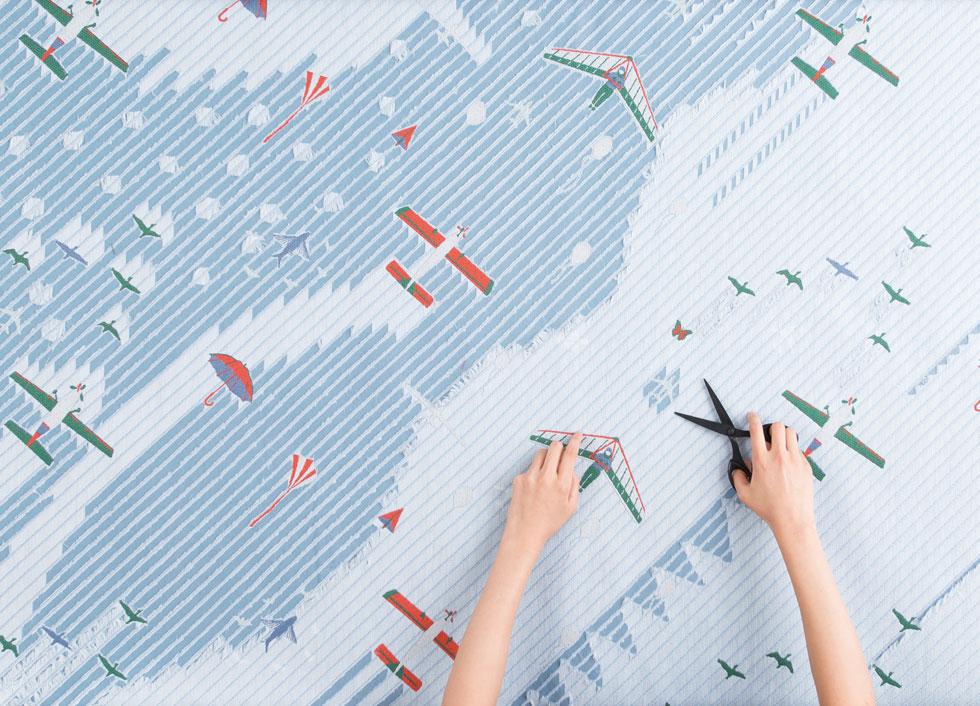 סדרת העבודות האלה נקראת snip snap, והיא מוצגת בתערוכות ברחבי העולם. במקביל מוכרת הימורו מוצרים מסחריים יותר (כמו הציפיות בתמונה למטה משמאל), ומציגה קולקציות בדים ביריד הרהיטים במילאנו (כמו בתמונה למטה מימין, מאפריל האחרון) (צילום: Kohsuke Higuchi)