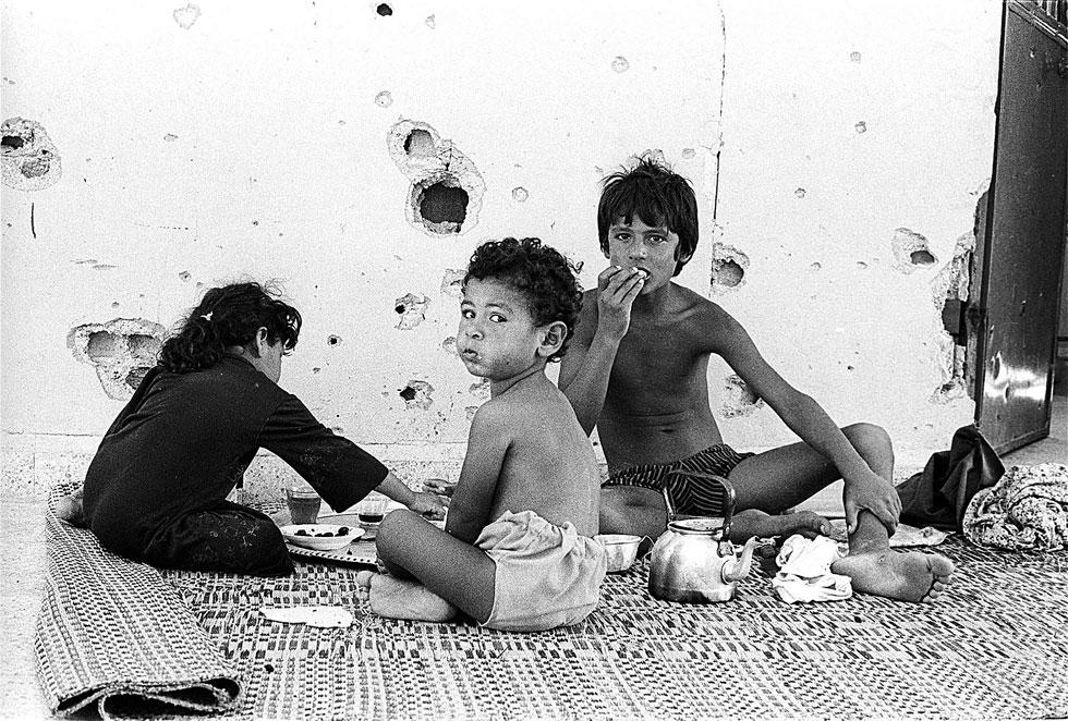 """צילום של רוזנצוויג מלבנון ב-1982. """"קרו שם דברים מבהילים""""  (צילום: אלבום פרטי)"""