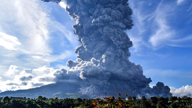 אינדונזיה הר געש סינבונג מתפרץ (צילום: EPA)