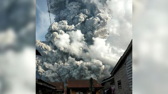 אינדונזיה הר געש סינבונג מתפרץ (צילום: רויטרס)