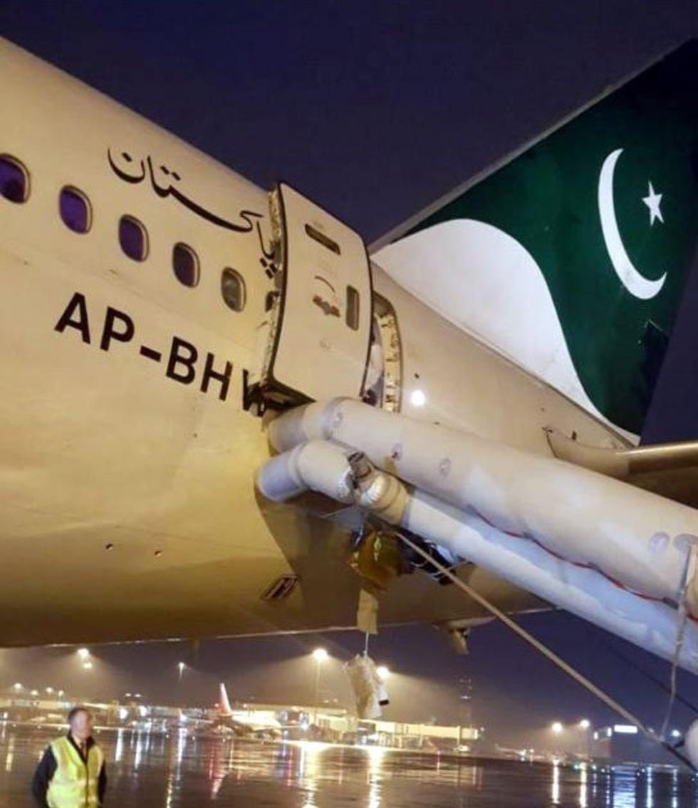 Из-за надувшегося аварийного трапа 38 пассажирам пришлось лететь другими рейсами