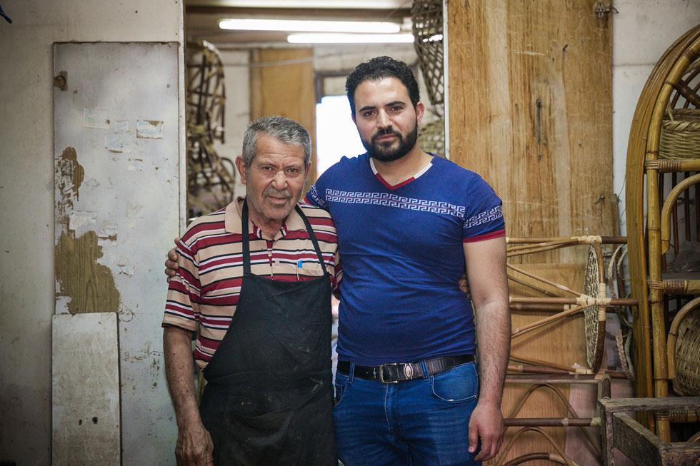 מוחמד מהלווס (מימין), אמן ירושלמי ורסטורטור (משקם ומשחזר עבודות אמנות) במסגד אל -אקצה, וזיאד דאבה, יצרן רהיטי במבוק מאל-עזריה (צילום: קרן רוזנברג)
