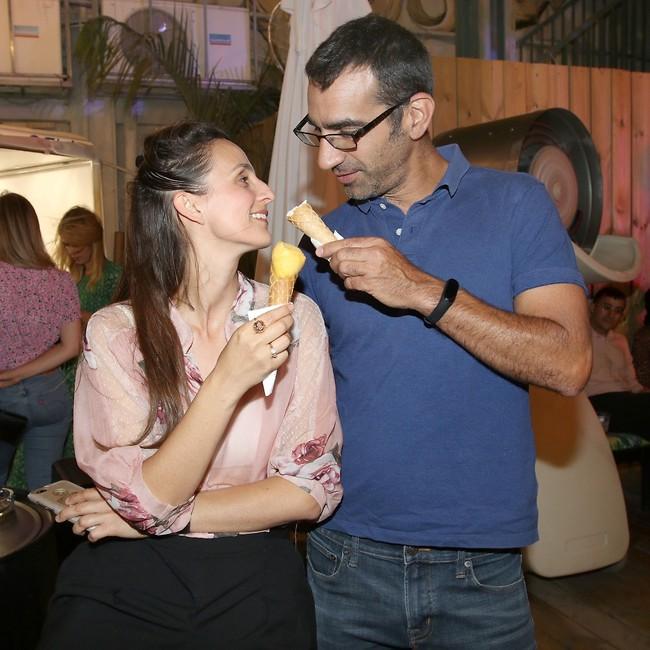 לקק ת'גלידה. בנאי ואשתו ענת (צילום: ענת מוסברג)