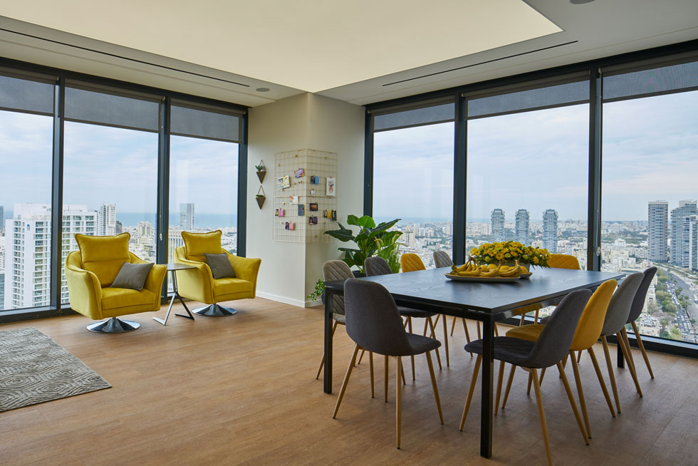 תחושת החמימות שביקש מנכ״ל החברה נוצרה על ידי שילוב אלמנטים של עץ בתקרה ובריצוף (צילום: ליאור טייטלר)