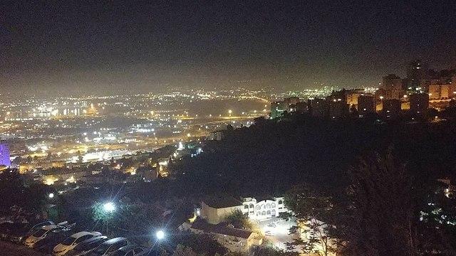 מבט למפרץ חיפה מרחוב לאון בלום בעיר, הלילה (צילום: גל יניב רחימי)