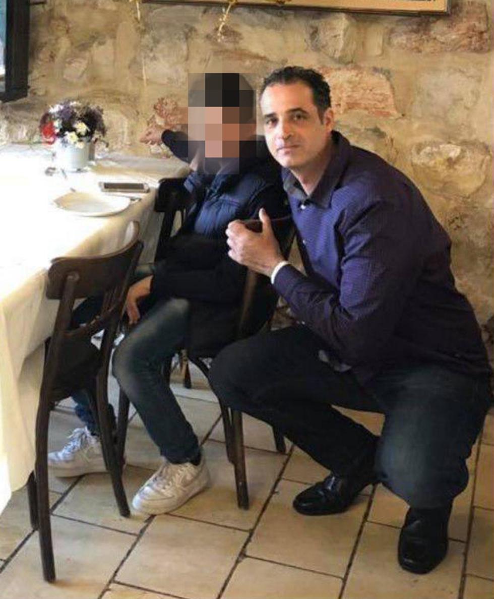 רמי איוב, ההרוג בתאונת עבודה בבניין בחיפה, עם בנו (באדיבות המשפחה)