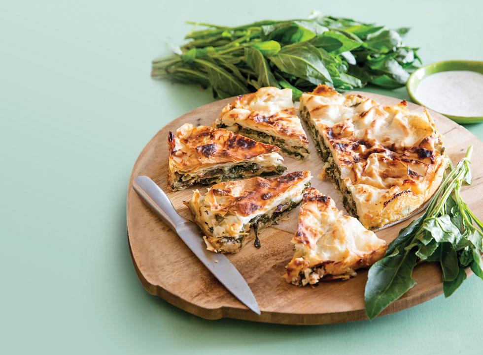 מאפה שכבות של עלי בצק, גבינות ותרד  (צילום: יוסי סליס, סגנון: נטשה חיימוביץ')