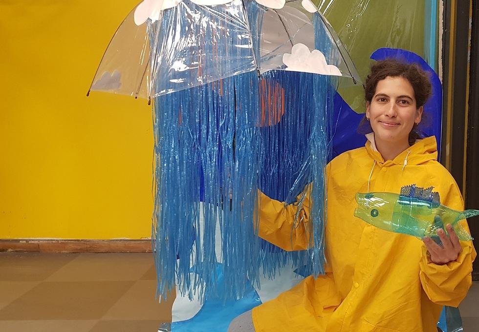 שחקנית בהצגת ילדים העוסקת בפלסטיר במוזיאון המדע (צילום: אתי ברינד)