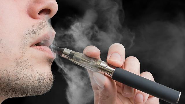 עישון סיגריה אלקטרונית (צילום: Shutterstock)