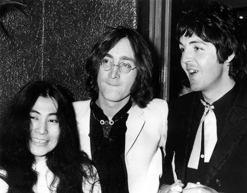 """לנון עם פול מקרתני ויוקו אונו. """"את השיר הזה ישמעו גם בעוד עשר שנים"""" (צילום: AP)"""