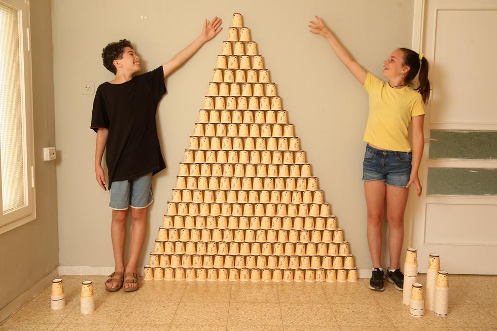 העיקרון פשוט: כוס אחת לא מאפשרת הרבה, אבל הרבה כוסות כן. ניתן לבנות מגדלים, קירות, בתים וארמונות (צילום: אלעד גרשגורן)