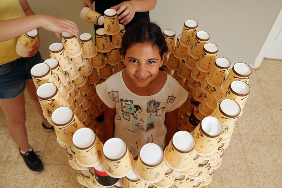 אצלנו בבית יש כאלף כוסות נייר, שמשמשות את הילדים וחבריהם (שבאים ומבקשים לשחק בהן, כמו היו צעצוע נחשק) כבר מעל לשנה (צילום: אלעד גרשגורן)