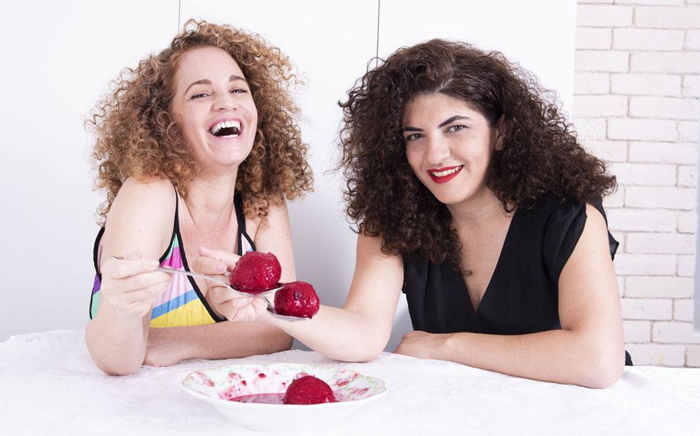 """רויטל טודרס (מימין) וקרן אלאלוף-שרעבי. """"נוצרה קהילה עם שפה וסגנון, שבה נשים יכולות לדבר ולצחוק על הכל"""" (צילום: חגית זהבי, רויטל וחגית, צילום בארבע עיניים)"""
