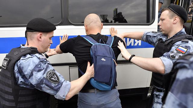 רוסיה מוסקבה הפגנות הפגנה מחאה איוון גולונוב עצורים מעצר שוטרים (צילום: AFP)