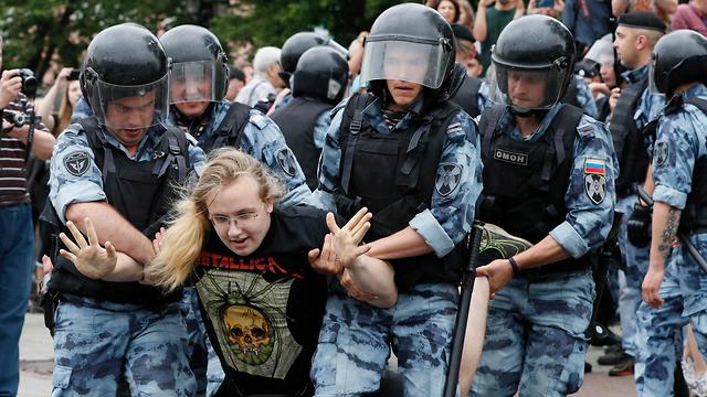 רוסיה מוסקבה הפגנות הפגנה מחאה איוון גולונוב עצורים מעצר שוטרים (צילום: EPA)
