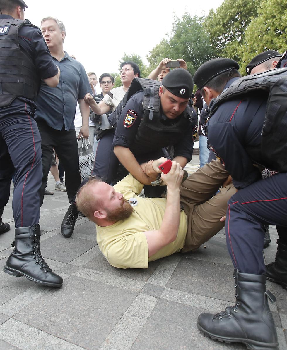 רוסיה מוסקבה הפגנות הפגנה מחאה איוון גולונוב עצורים מעצר שוטרים (צילום: רויטרס)
