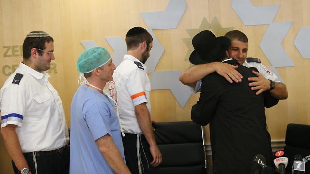 גבריאל לביא שוחרר מבית החולים לאחר שנפצע בפיגוע בירושלים (צילום: אלכס קולמויסקי)