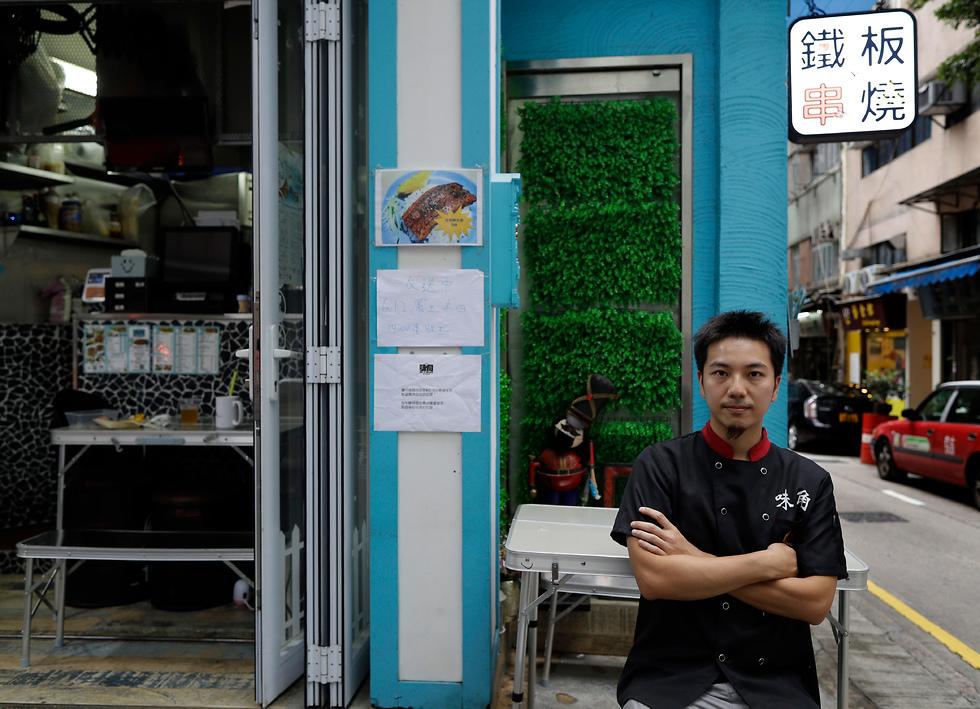 קלווין צ'ונג השבית את המסעדה ויצא להפגין הונג קונג (צילום: AP)