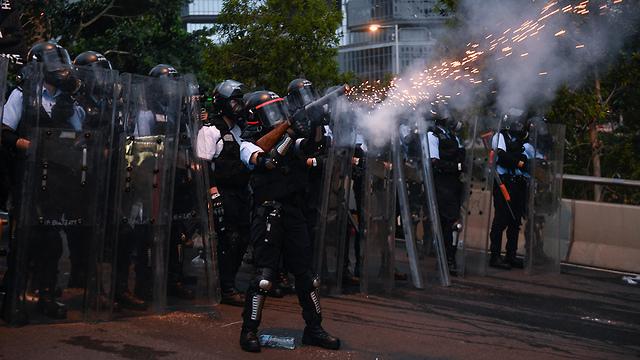 הפגנה מפגינים מחאה הונג קונג נגד חוק ההסגרה לסין (צילום: EPA)