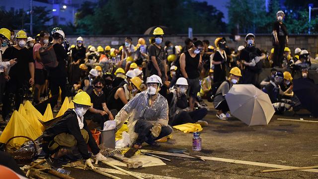 הפגנה מפגינים מחאה הונג קונג נגד חוק ההסגרה לסין (צילום: AFP)