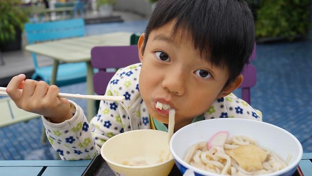 ילד סיני אוכל (צילום: shutterstock)