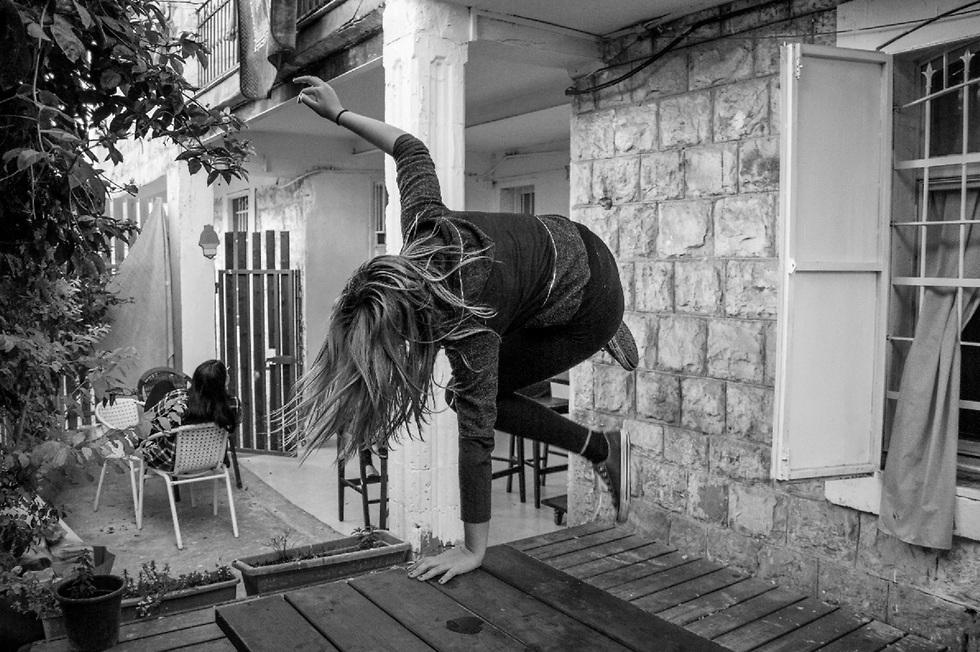 צילום של צעירה בחצר הנשית בחיפה ()