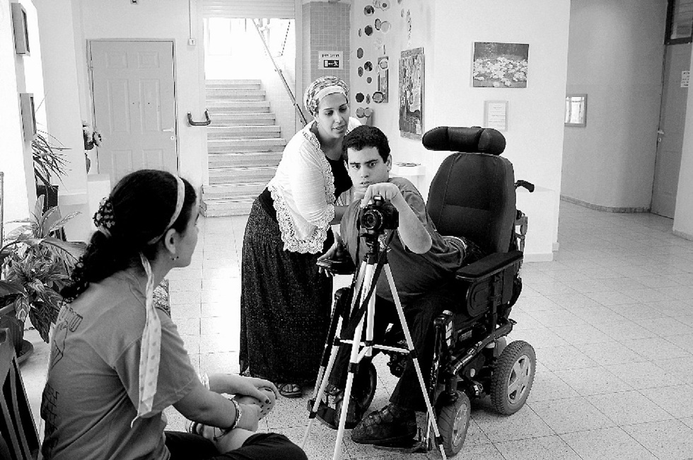 ילד בכיסא גלגלים מצלם בבית הספר קורצ'ק ()