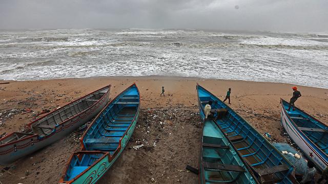סופת ציקלון ואיו העיר ורוואל הודו (צילום: EPA)