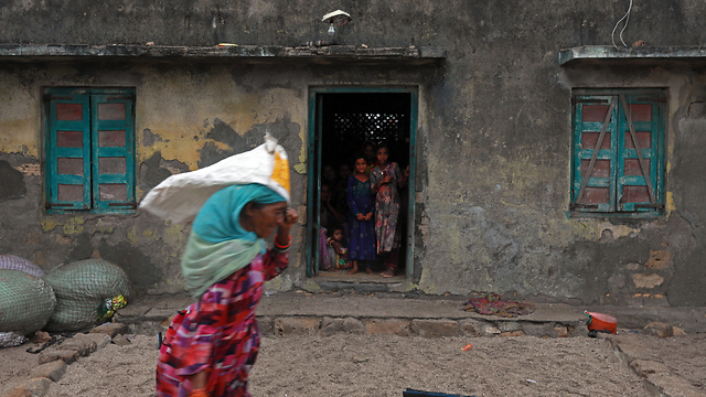 סופת ציקלון ואיו הודו (צילום: EPA)