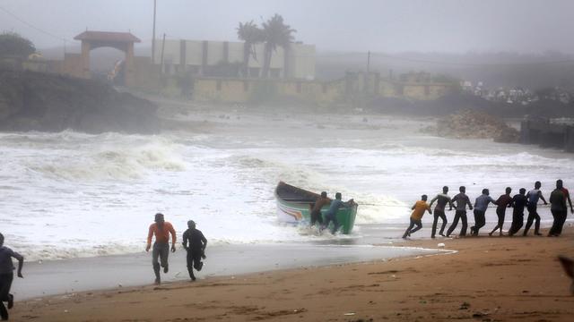 סופת ציקלון ואיו הודו (צילום: AP)