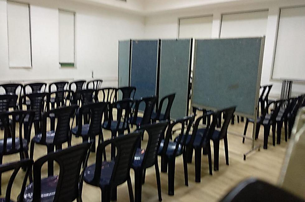 כך נראה האולם שבו היה אמורה להתקיים הכנס, עם המחיצה באמצעו ()
