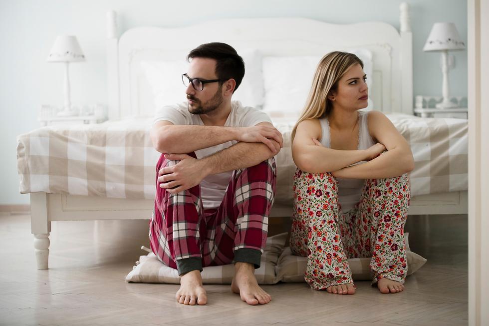 זוג כועס במיטה אילוסטרציה (צילום: Shutterstock)
