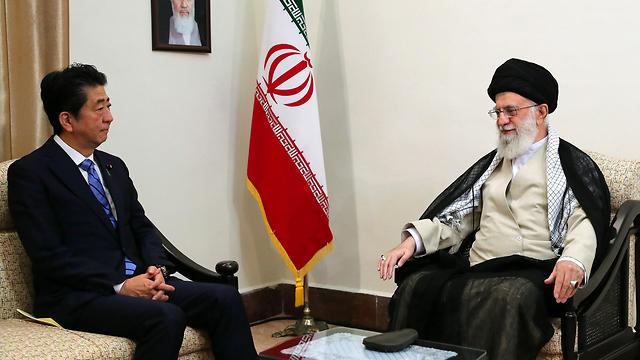 מנהיג איראן עלי חמינאי ראש ממשלת יפן שינזו אבה ב טהרן (צילום:  EPA  )