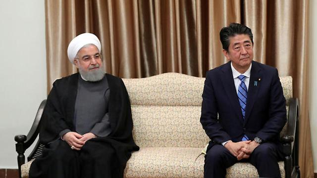נשיא איראן חסן רוחאני ראש ממשלת יפן שינזו אבה ב טהרן (צילום: רויטרס)