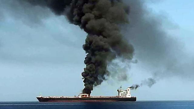 שידורי הטלוויזיה ב איראן מכלית נפט עולה באש תקיפה מפרץ עומאן (צילום: AFP)