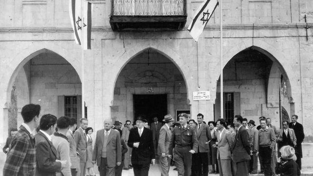 El presidente Ben Zvi visita el municipio de Be'er Sheva, hoy museo de arte, 1953