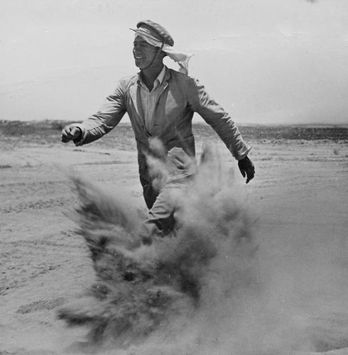 Un nuevo inmigrante se desplaza por las dunas de arena, hacia 1950.