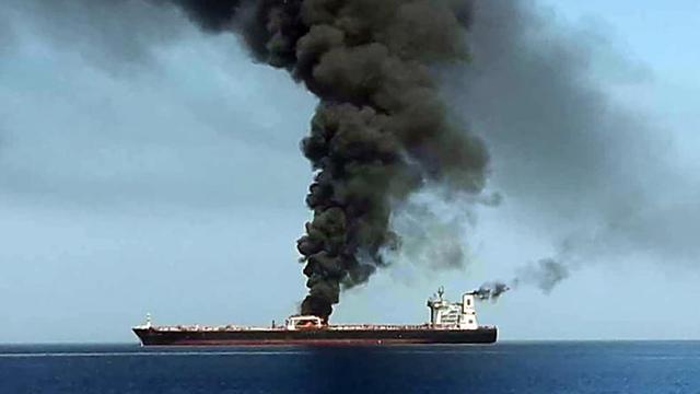 איראן מפרץ עומאן מכליות נפט מכלית נורבגית התקפה פיצוץ עולה באש (צילום: AFP / IRIB TV)