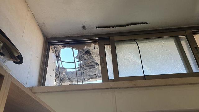 House in Sderot sustains direct hit by Gaza rocket (Photo: Barel Efraim)