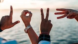 ידיים מייצרות באצבעות את הצורת love ()