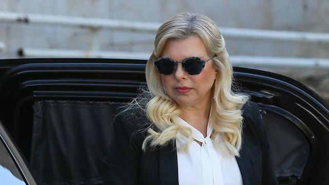 שרה נתניהו בכניסה לדיון (צילום: אלכס קולומויסקי)