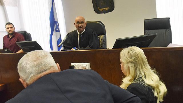 שרה נתניהו בכניסה לדיון (צילום: EPA)