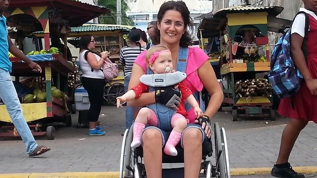 סיגל במקסיקו עם בתה התינוקת ()