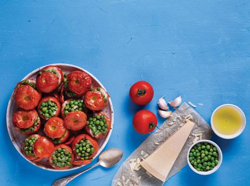 עגבניות אפויות במלית אפונה (צילום: בועז לביא, סגנון: עמית דונסקוי)